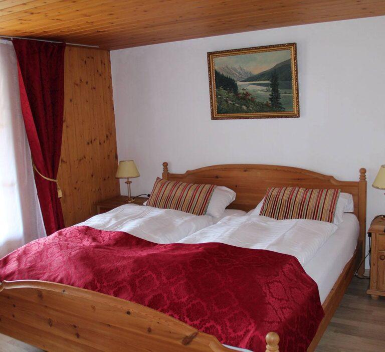 Doppelzimmer mit Fluss und Bergblick